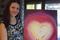 Trojnásobná maminka Karolína Sítková z Hlohovce navrhuje a šije vlastní oblečení či doplňky pro miminka. Kromě toho také maluje energetické obrázky.