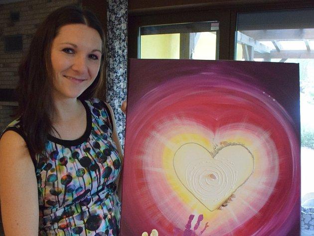 Trojnásobná maminka Karolína Sítková zHlohovce navrhuje a šije vlastní oblečení či doplňky pro miminka. Kromě toho také maluje energetické obrázky.