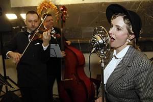 Melody Gentlemen svou hudbou přenáší posluchače téměř o století zpět. Do časů prvorepublikových kaváren, kabaretů a prvních zvukových filmů.