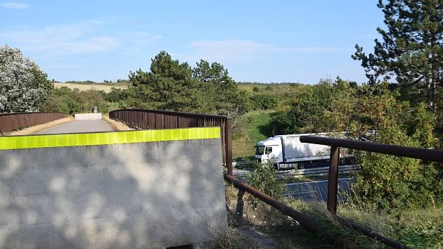 Most přes dálnici D2 u Velkých Němčic je kvůli špatnému technickému stavu od června letošního roku uzavřený.