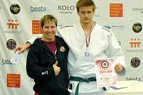 Miroslav Tržil se stříbrnou medailí z MČR dorostu a svou trenérkou.