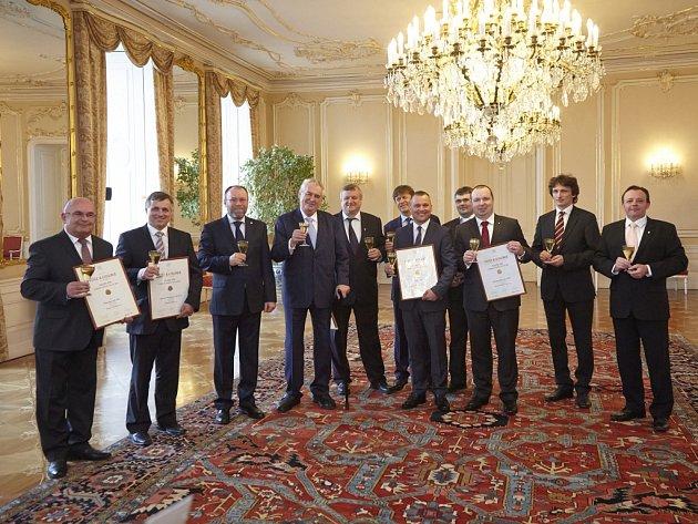 Na Pražském hradě si prezident Zeman ve středu přiťukl s nejúspěšnějšími vinaři Národní soutěže vín. Diplomy předal i rakvickým vinařům Miloši Michlovskému a Bronislavu Vajbarovi.