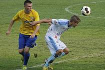 Břeclav Jan Hloch (ve žlutém) v souboji o míč s olomouckým soupeřem.