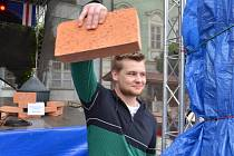 V soutěži Mikulovská cihla zvítězil student Martin Lesák. Na Slavnostech města Mikulova se předvedl, když nesl cihlu čtyřicet minut nepřetržitě.