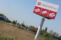 Komu patří pozemek poblíž Hrušek je z těžko přehlédnutého billboardu zřejmé. Developerská společnost hledá pro místo vhodného zájemce, láká především na dostupnost dálnice, hranic i levnou pracovní sílu.