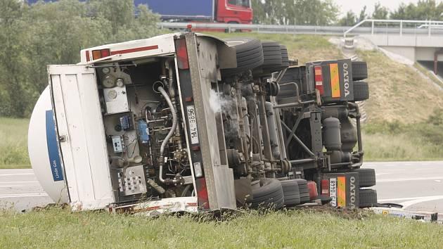 K nehodě cisterny došlo ve čtvrtek před půl osmou ráno mezi Břeclaví a Hruškami u výjezdu z dálnice D2. Na místě zasahovaly profesionální jednotky hasičů z Břeclavi a Hodonína.