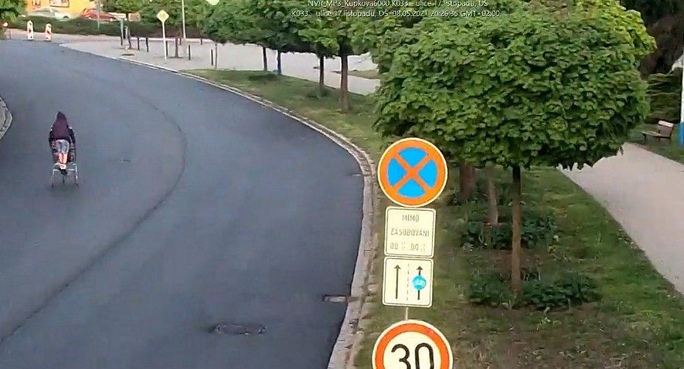 Originální test dvou odborníků, z nichž jeden si k práci nazul kolečkové brusle, má za sebou nový povrch silnice v břeclavské ulici 17. listopadu.