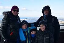 Desítky lidí vyrazily o víkendu na mrazivou procházku k rozhledně Maják na Přítluckou horu.