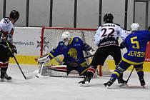 Tým HC Lvi Břeclav (v modrých dresech) bude chtít zopakovat postup do play-off krajské ligy.