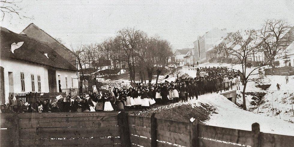 Oslava samostatné republiky začala v Kobylí 29. října 1918 ráno v 8 hodin slavnostním průvodem školáků i dospělých.