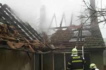 Požár v Zaječí. Střecha domu lehla popelem.