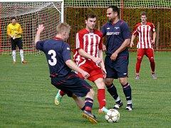 Souboj fotbalistů Velkých Pavlovic (v červeném) s Rakvicemi. Ilustrační foto.