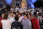 Desítky krojovaných párů, davy lidí a plno kamer. Tak ve čtvrtek vypadalo náměstí v Mikulově. Česká televize tam natáčela zábavný pořad Po našem. V hlavní roli byl foklor.