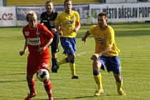 Fotbalisté Břeclavi (ve žlutém) mohli být rádi za bod s nováčkem Líšně.