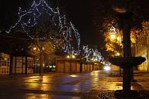 Centrum Břeclavi i pěší zónu u gymnázia zdobí vánoční výzdoba. Žádných výrazných novinek se obyvatelé okresního města letos nedočkali.