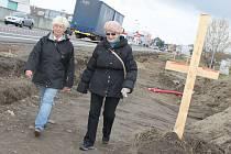 Cesta, na které vzniká nový chodník k obchodnímu centru na okraji Břeclavi, je už vyhloubená.