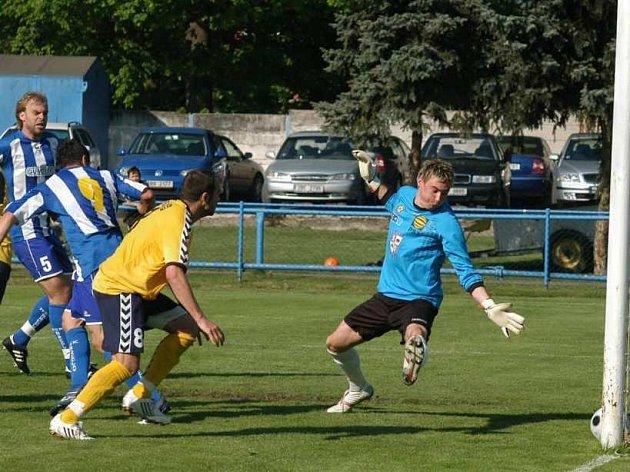 Vladimír Málár střílí svoji druhou branku v zápase.