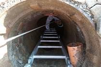 Ve Velkých Pavlovicích opravují kanalizace bez kopání speciální metodou.