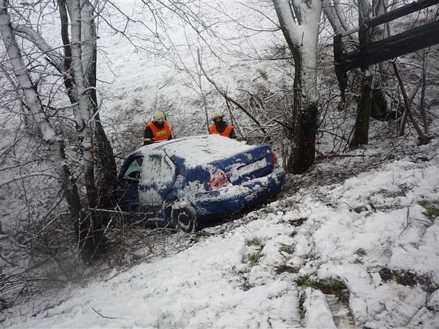V neděli ráno vyjížděli policisté k dopravní nehodě, která se stala na silnici mezi Lednicí a Podivínem. Řidička osobního auta nezvládla řízení a narazila do stromu.