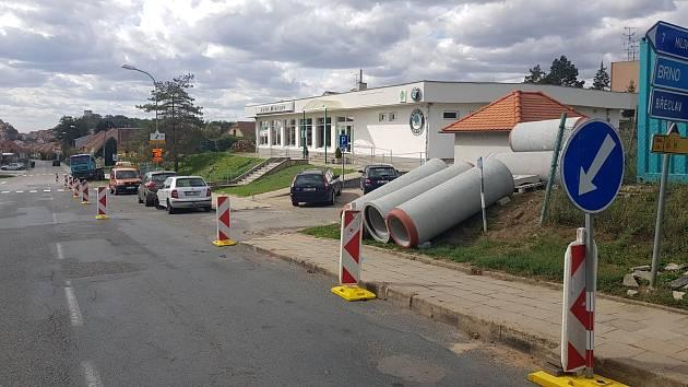 Společnost VaK opravuje v Dukelské ulici v Mikulově kanalizaci.