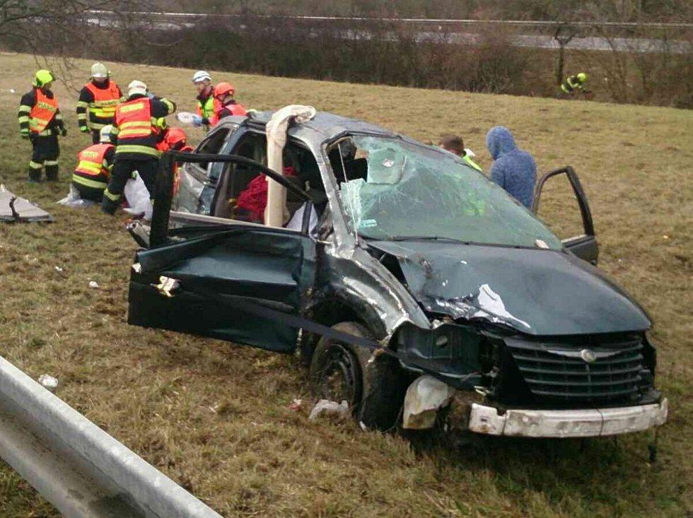 Na dálnici D2 u Hustopečí se při nehodě auta vážně zranilo pět lidí, z toho dvě děti.