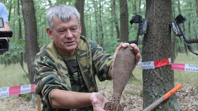 Pyrotechnici vyčistili už sto padesát hektarů Bořího lesa mezi Valticemi a Břeclaví. Začala pátá etapa průzkumu.