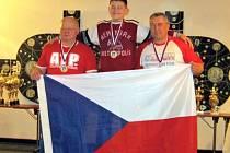 Tři podivínští trojbojaři na stupních vítězů. Zleva Vladimír Svoboda, Vlastimil Šafařík a Michal Šafařík.