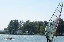 U kempu Merkur najdou vyžití kromě rekreantů i příznivci vodních sportů.