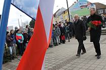 Pietní akt ke 165. výročí narození Tomáše Garriqua Masaryka uspořádali v pátek Břeclavští. U pomníku prvního československého prezidenta v centru okresního města se sešly desítky lidí.