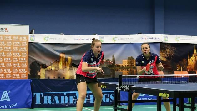 Karin Adámková (vlevo) s Anetou Širůčkovou letos patřily k nejlepším hráčkám základní části extraligy.