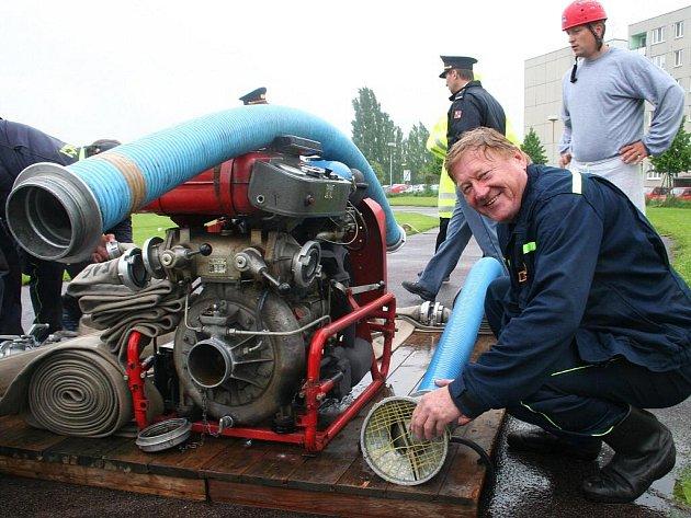Profesionální hasiči soutěžili v požárním sportu.
