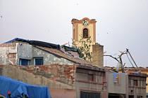 Kostel v Moravské Nové Vsi po tornádu.