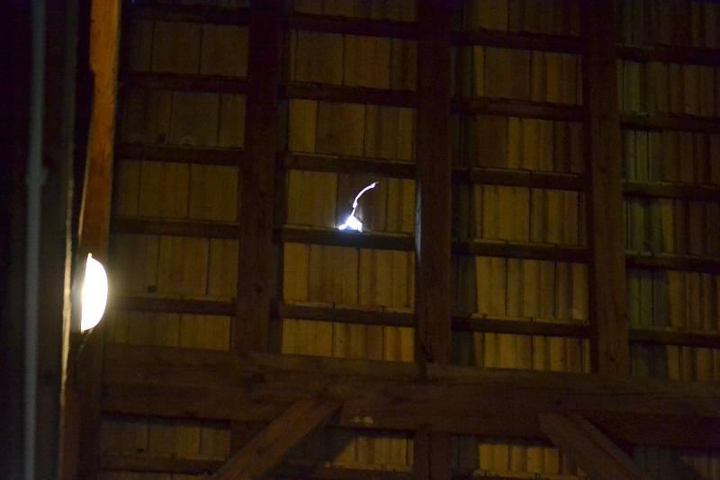 Červnové kroupy poškodily také střechu kostela Nanebevzetí Panny Marie v břeclavské městské části Poštorná.
