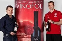 Fotbalový brankář Petr Čech si oblíbil červená vína z vinařství Vinofol v Novosedlech. Na snímku stojí společně s jednatelem novosedelského vinařství Pavlem Foltýnem. Ten před pár dny předával gólmanovi londýnské Chlesea cenu v anketě Zlatý míč.