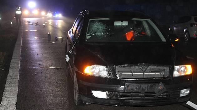 Při večerní vážné nehodě u Břeclavi srazilo auto chodce.