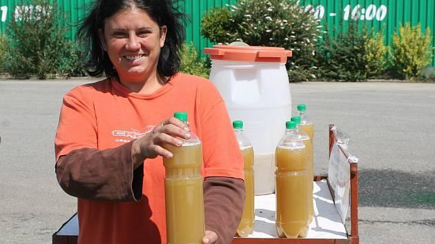 Mezi Sedlecem a Valticemi začala prodávat Soňa Machučová první burčák z odrůdy Irsai Oliver. Za první necelé dvě hodiny ho udala deset litrů.
