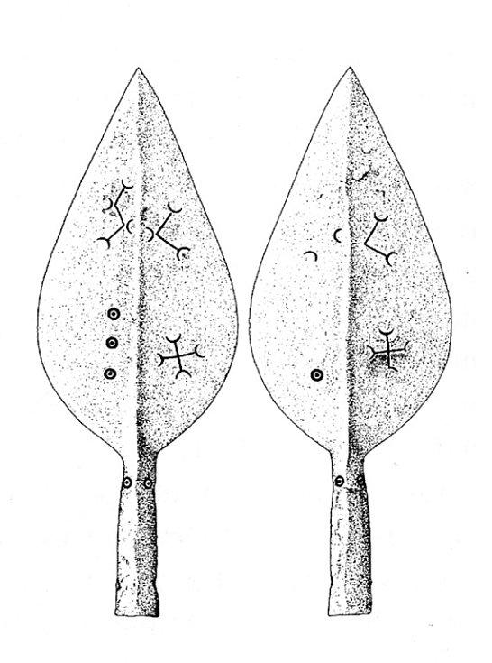 Železný hrot kopí z knížecí hrobky nalezené u Mušova opatřený magickými symboly (podle Podborský 2006: Náboženství pravěkých Evropanů).