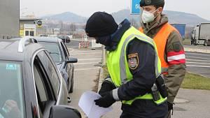 Kontrola na hraničním přechodu při vjezdu do Rakouska u Mikulova