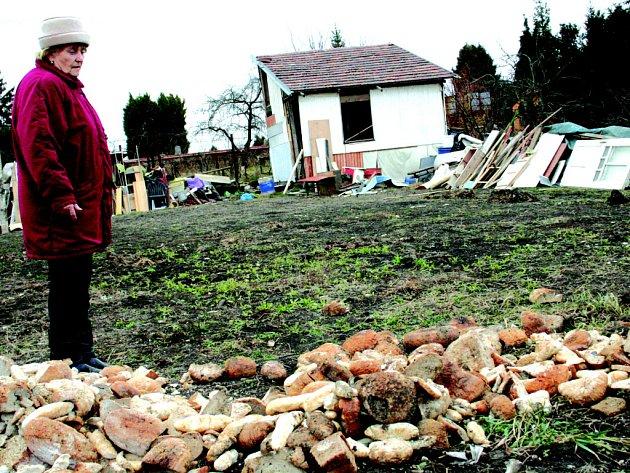 Na pozemek města za tři týdny přibyly čtyři hromady starého chleba. Zahrádkáři mohou jen přihlížet.