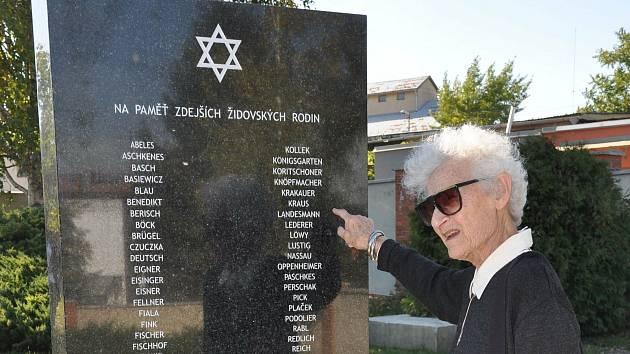 Památník hustopečských rodin je vzpomínkou na židovskou komunitu na obnoveném hřbitově.