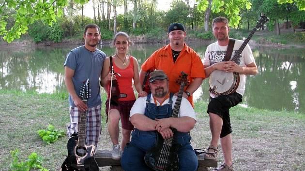 Už pět let vystupují na pódiích břeclavského okresu muzikanti ze skupiny Čtyřlístek. Repertoár pětičlenné formace z Břeclavi tvoří především skladby, které se řadí do hudebního žánru zvaný country.