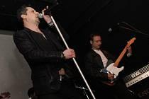 Mikulovská kapela Depeche Mode Revival Band bavila v sobotu návštěvníky Piksly. Vznikne i videozáznam.