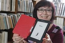 Jindřiška Klaudová ukazuje novou čtečku, kterou si lidé mohou půjčit v břeclavské knihovně.