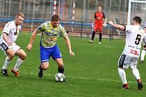 Fotbalisté MSK Břeclav (ve žlutomodrých dresech) nevyhráli ani svůj letošní jedenáctý zápas v Divizi D. Na domácím hřišti podlehli Tasovicím 0:3.