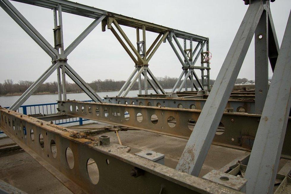 Silničáři odstraňují mostní provizorium v Brodě nad Dyjí.