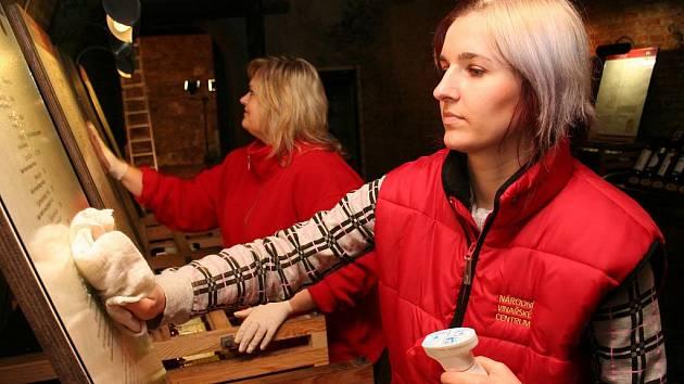 Pracovníci Národního vinařského centra Valtice finišovali s přípravou nové degustační expozice Salonu vín České republiky – nejvyšší tuzemské soutěži vín.