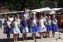 Děti z Jatelinky představují posluchačům na svých vystoupeních písničky, říkadla, tance i hry z oblasti Podluží.