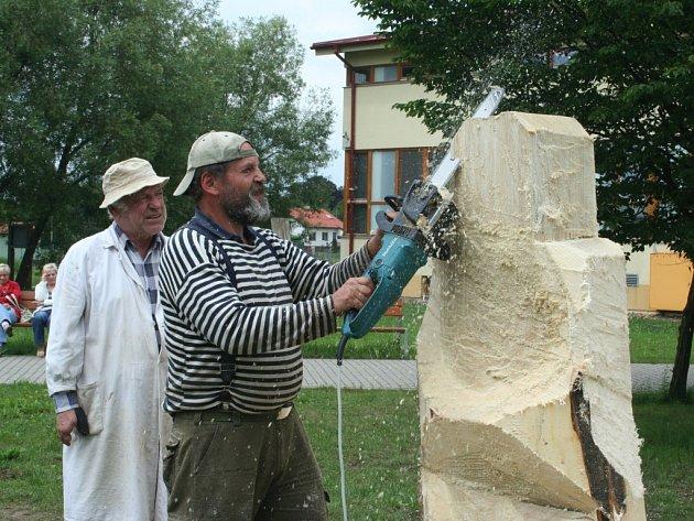 Lázně Lednice pořádají již šestý ročník tradičního Lázeňského dřevosochání. Letos na téma Vesmírné prameny.