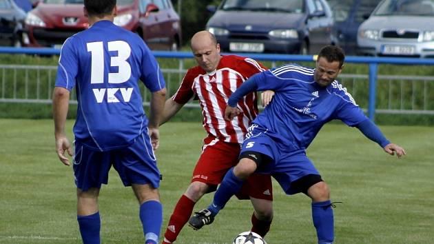Fotbalisté Lednice (v modrém) na remízu proti Velkým Pavlovicím nedosáhli.