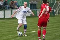 Bavorský Lambert Šmíd (v bílém) v duelu s ČAFC Židenice